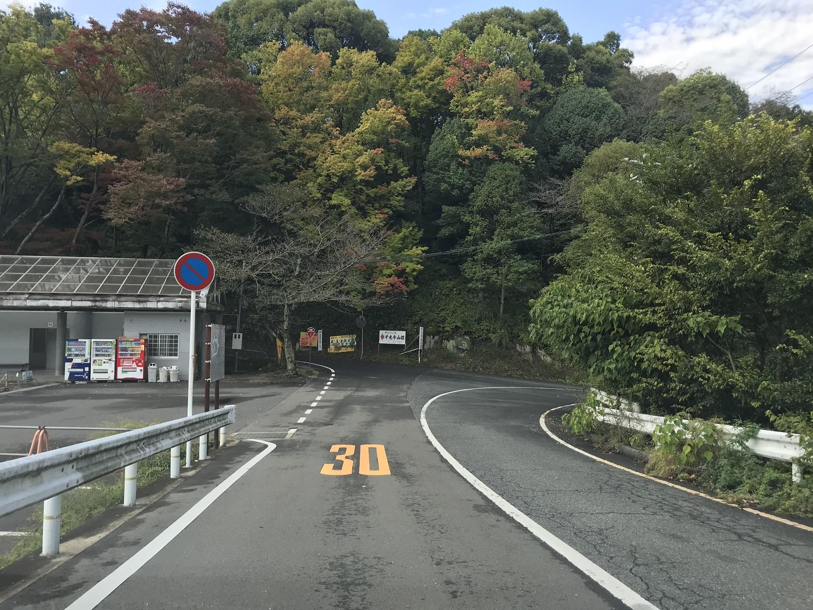 道順4,千光寺グランド駐車場のT字路を南に左折します。