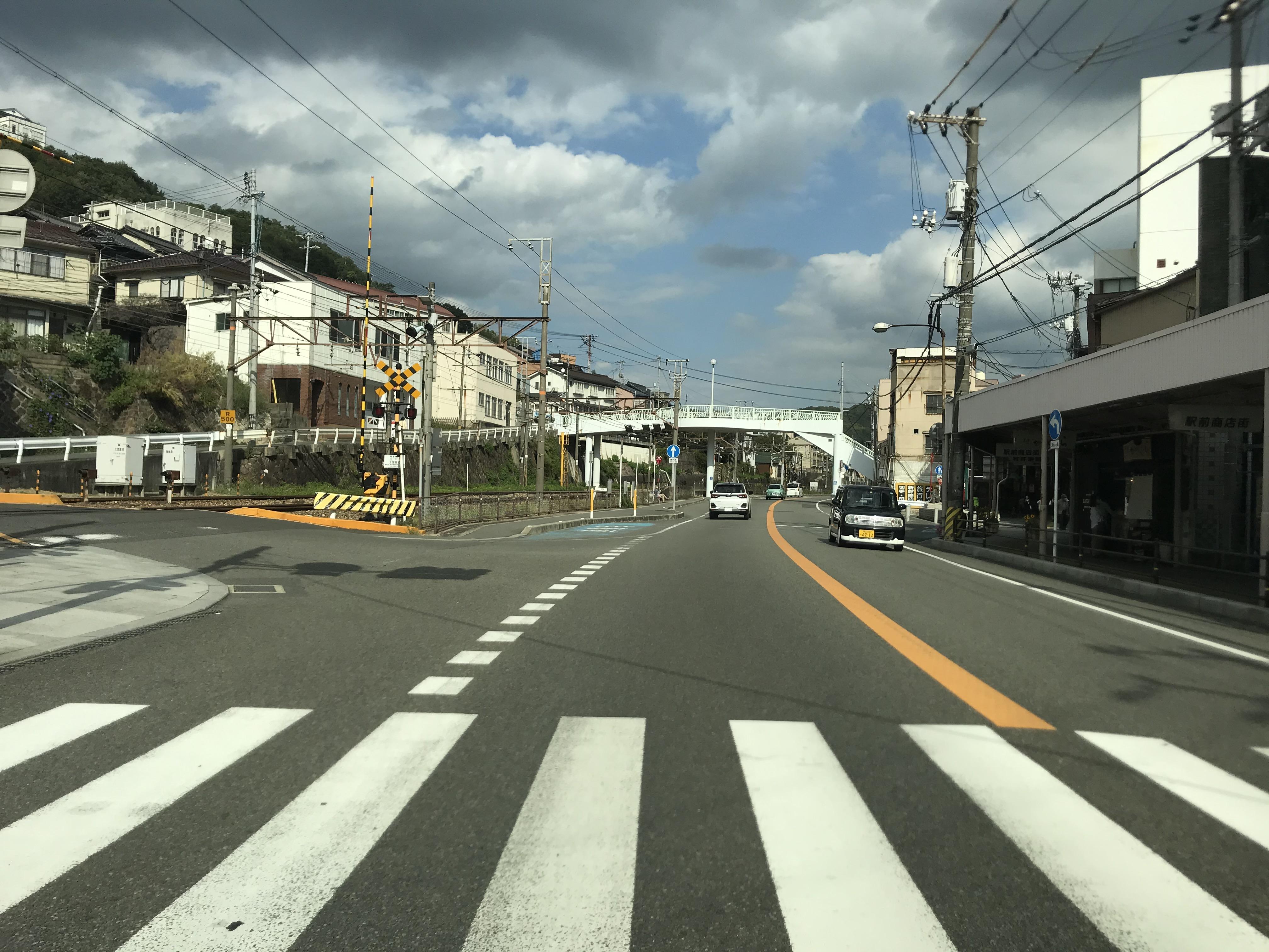道順1-2, 国道2号上り線から東第一踏切前交差点を左折、踏切を北にわたります。※注意 下り線からは右折禁止です。ご注意ください!