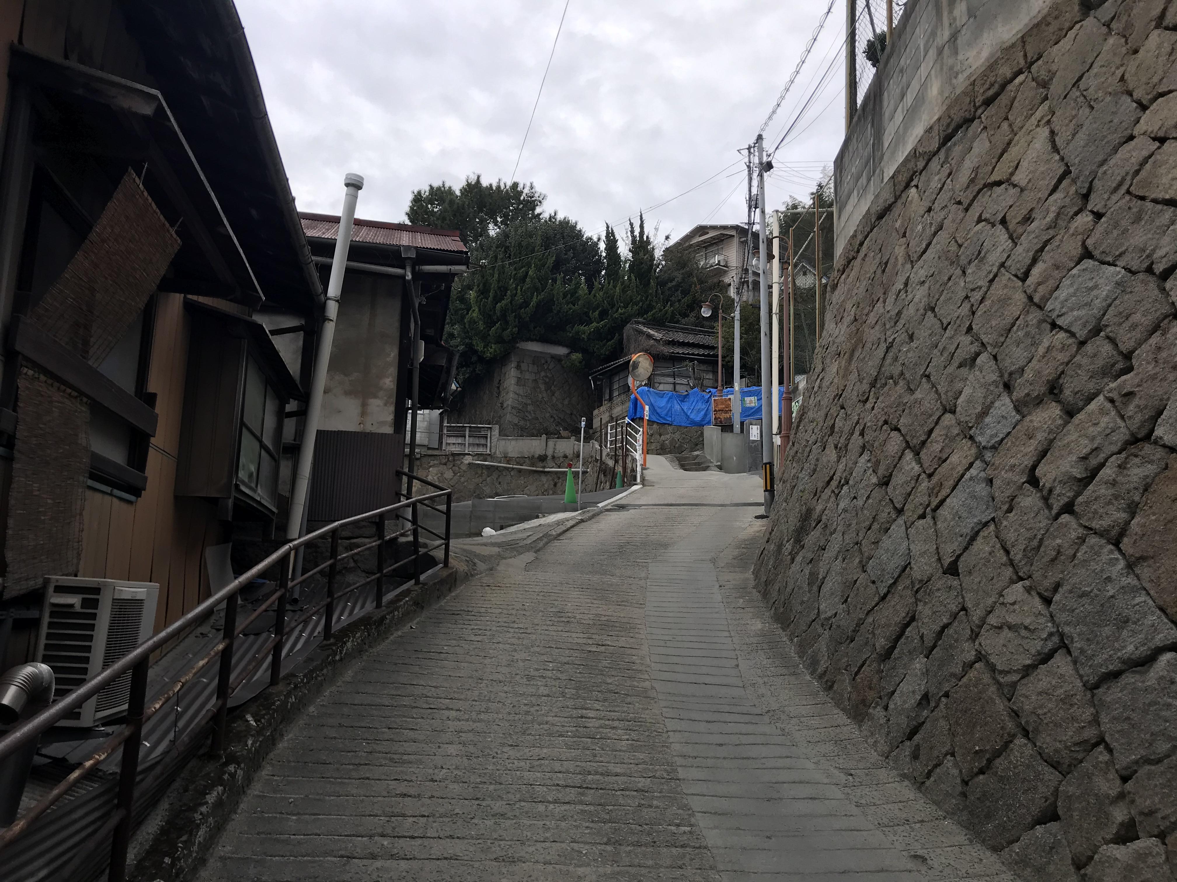 道順7,土堂小学校のグラウンド南に駐車場の出入口があります。