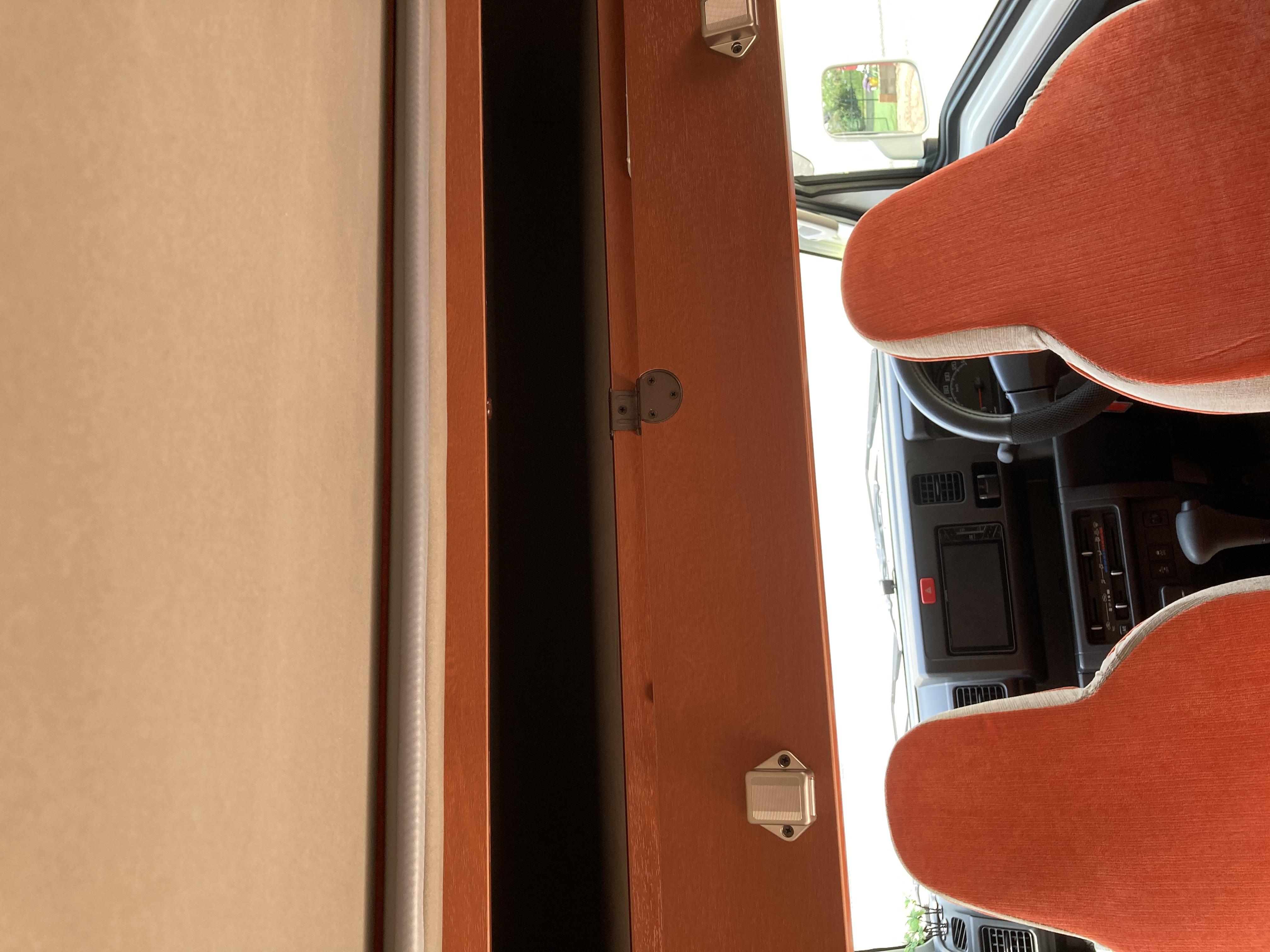 運転席、助手席上部に長い収納可能