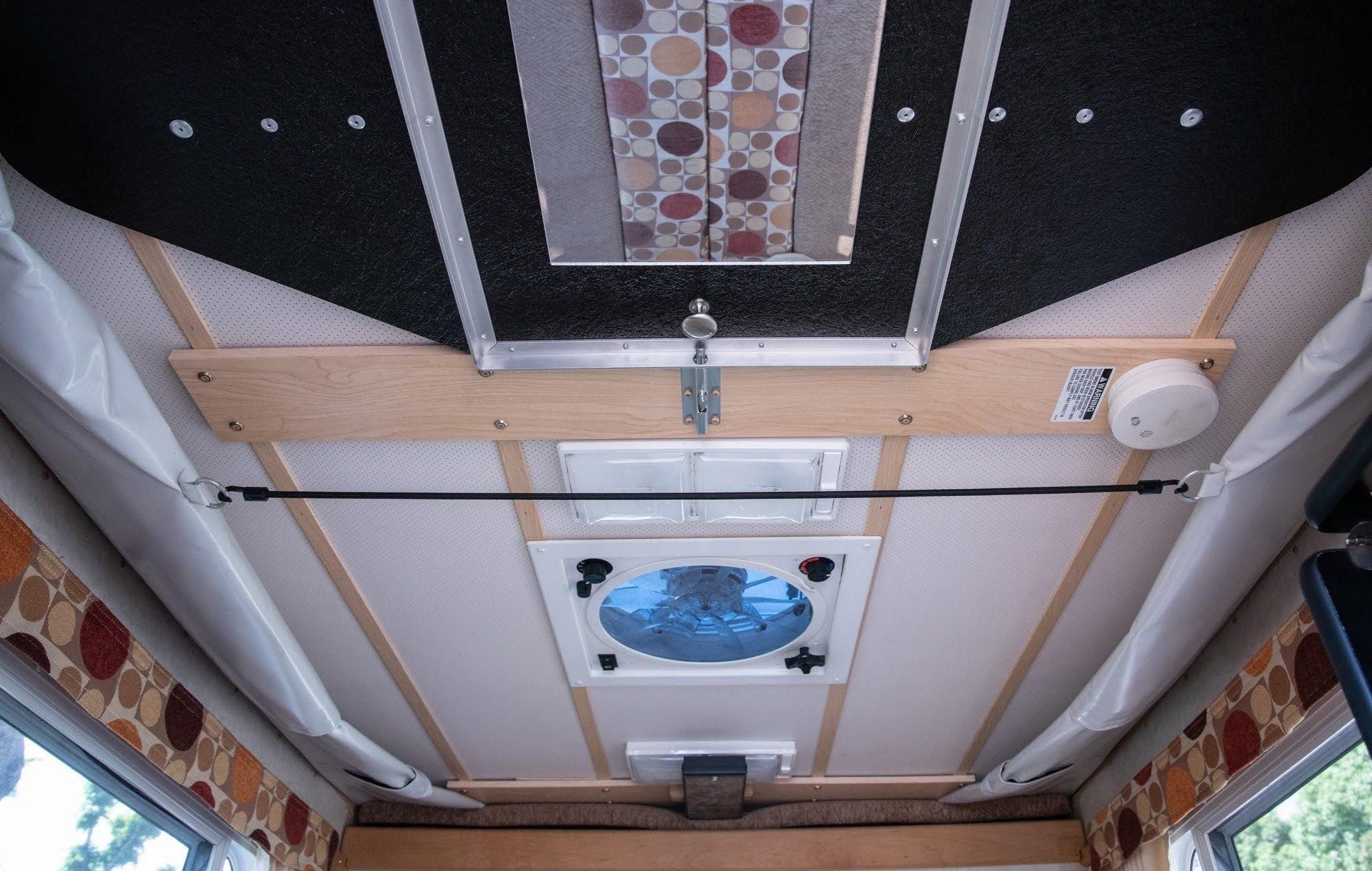 (8)内観 走行中は天井は下げていただき、換気扇の蓋も閉じて走行ください。鏡あります。