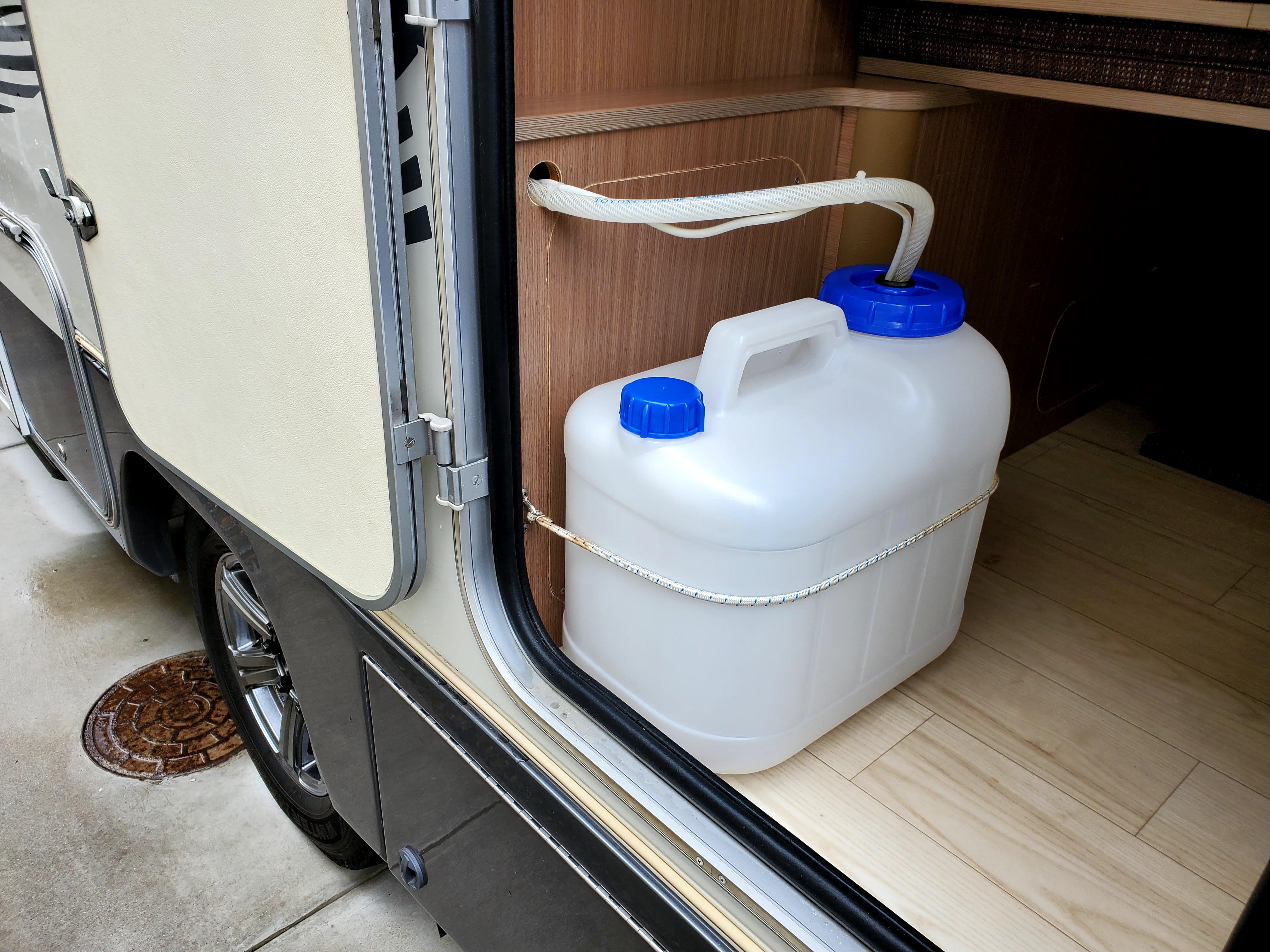 (9)内観&外観(バックドア開放時・20ℓ清水タンク)