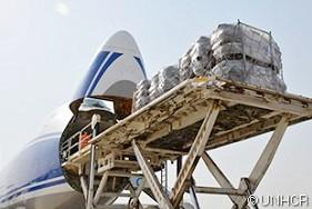 イラクのクルド人自治区にあるエルビルに到着後、重要な救援物資が運び出されるUNHCRのチャーター機ボーイング747
