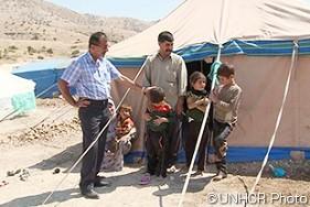 イラク、ドホーク市に避難を強いられたイラク人と一緒のファルハド・シンジャリ