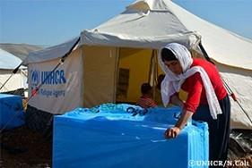7児の母であるライラは、家族がこの冬の寒さをしのぐための防寒材などが入った箱を開けています。