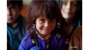 2015年6月に家族と共に、故郷のアフガニスタンに帰還することになったアフガンの少女。カメラの前で嬉しそうな笑顔を見せてくれました。