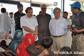 パキスタンのペシャワールにあるUNHCR自主帰還センターで、アフガニスタンに戻るアフガン難民の家族らに話しかけるアントニオ・グテーレス国連難民高等弁務官。2015年にはこれまでに、4万2000人を超えるアフガン難民が、UNHCRが進める帰還事業でふるさとに戻った。