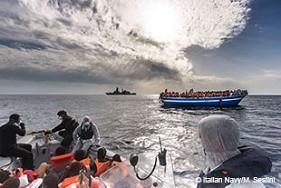 2014年に難民と移民で埋め尽くされたボートを地中海で救助したイタリア海軍。2015年に入ってからこれまでに、2100人以上の人々が、混み合いすぎたもろい船でヨーロッパへ渡ろうとして、命を落とした。