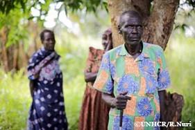 故郷のマリディでの民族抗争から逃れ、現在はマリディの東約15㎞のところにある林の中のマンゴーの木の下で暮らす、視覚障害がある50歳のバーナード。妻と息子に助けられながら避難したと語った。