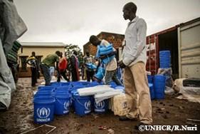 南スーダンの西エクアトリア州で国内避難民のための救援物資を分類するUNHCR職員。