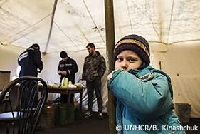 避難を余儀なくされたウクライナの男の子が、スラビャンスクのテントで寒さをしのぐ。彼の家族は、戦闘で破壊されたデバリツェボの町を離れた後、キエフに行くことを望んでいる。
