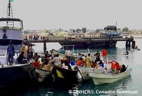 イエメンからの難民を乗せたボートをオボックの港に護送するジブチの沿岸警備艇