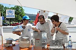 UNHCRジュネーブ本部事務所前にて省エネかまどを紹介