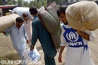 洪水発生から3ヶ月間で10万世帯に救援物資を支給
