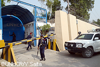 厚い塀と警官に守られる事務所