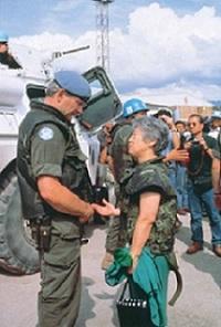 旧ユーゴスラビア紛争下のサラエボ視察(1992年)©UNHCR/S.Foa