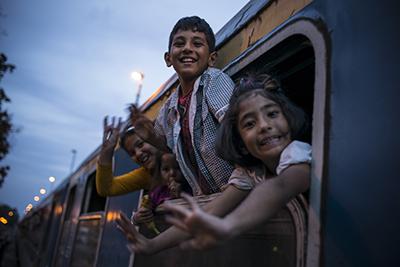 ヨーロッパへ避難する難民の子供たち