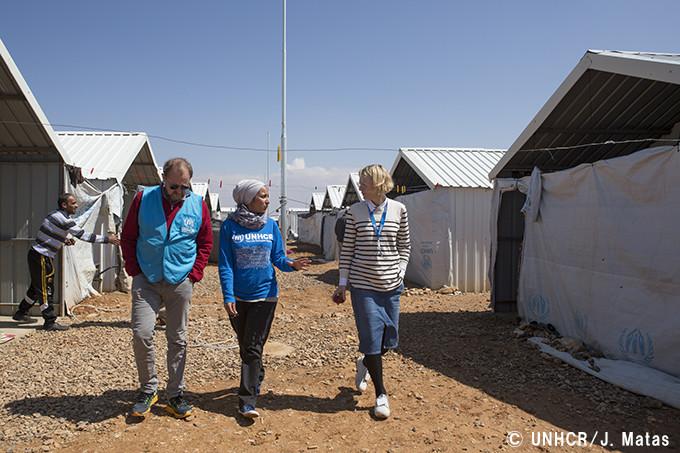 難民キャンプを歩くケイト・ブランシェット