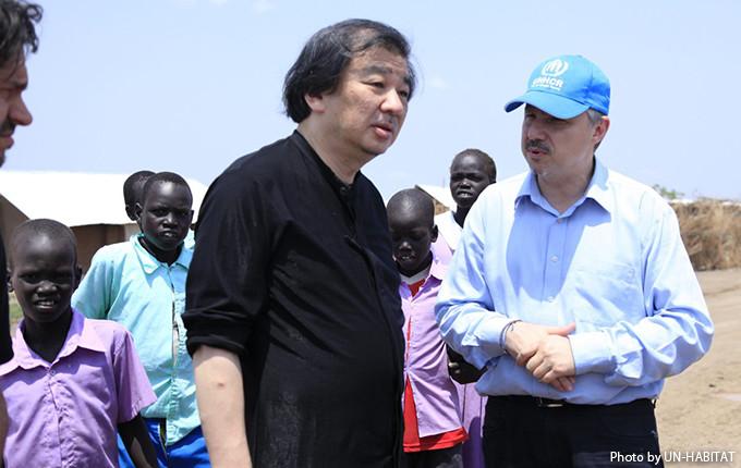 写真:UNHCR職員等と話す坂氏