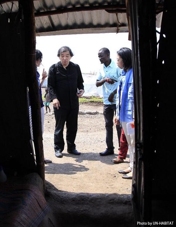 写真:現地で地元の人々やUNHCR職員と話し合う坂氏