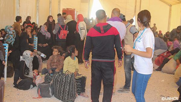 写真:避難するシリアの人々の様子