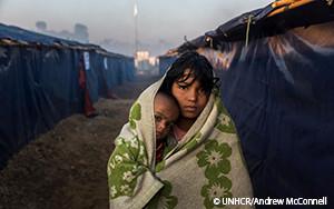 UNHCRはバングラデシュの冬に備えるためにロヒンギャ難民に援助物資を配布