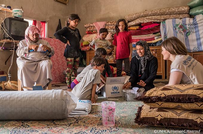 写真:救援物資の中身を見るファティマ達