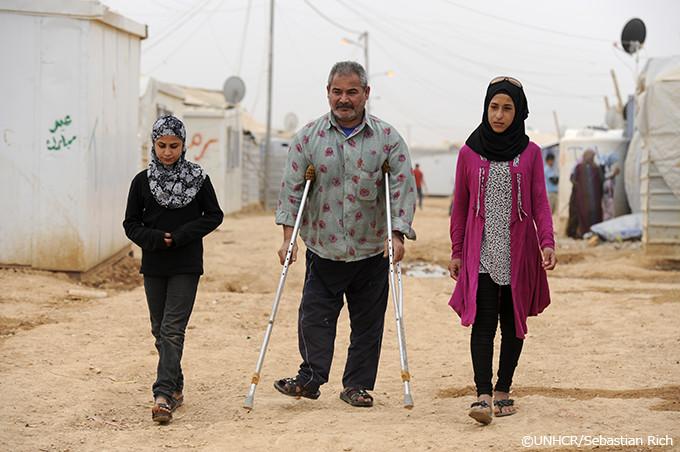 写真:2人の娘とザータリ難民キャンプの中を歩くアブドゥル
