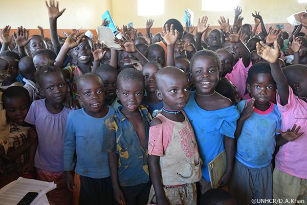写真:マラタツ小学校で学ぶ子どもたち