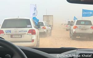 国連の輸送車が最も弱い立場に置かれたシリア・ルクバンの避難民に支援を届ける