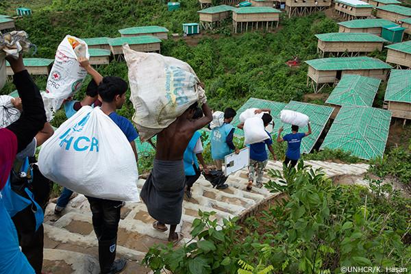 モンスーン救援物資を運ぶ人々