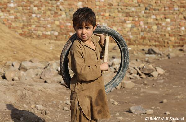 パキスタンに逃れるアフガン難民の少年
