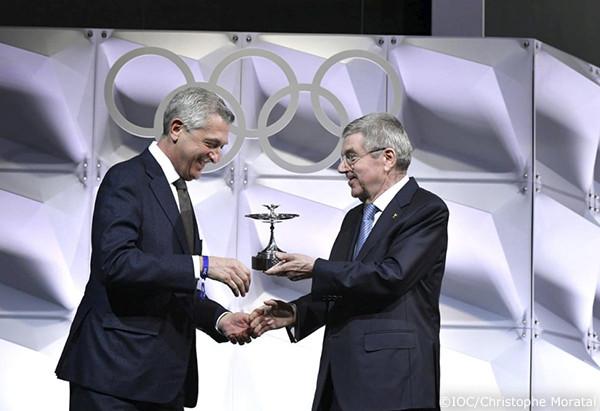 バッハIOC会長からオリンピック・カップを受け取るグランディ高等弁務官