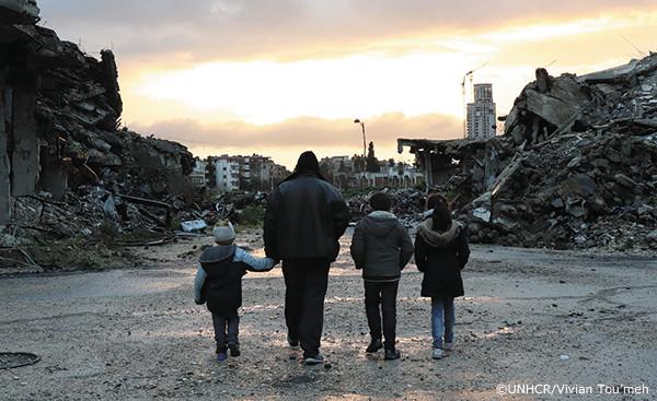 シリア国内避難民の父親と3人の子どもたち