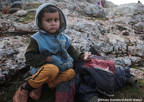イドリブから逃れた避難民の男の子