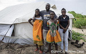 1年が経過し、生活再建に苦心するサイクロン・イダイの避難民