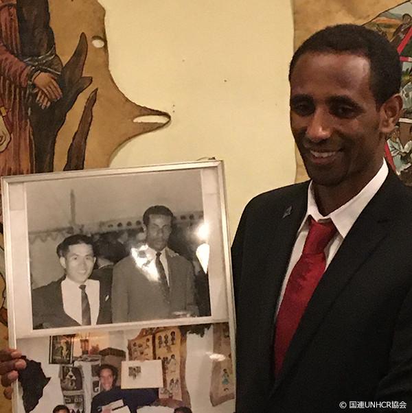 アベベ選手の写真を手にするヨナス選手