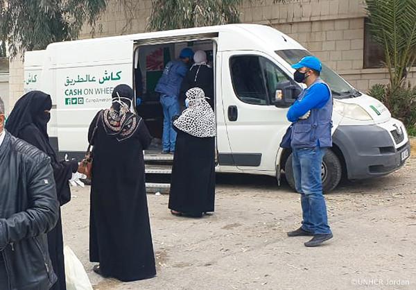 現金給付を実施するためのUNHCRの自動車