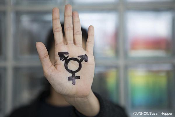 LGBTIのマークが書かれた手のひら