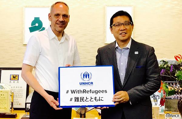写真:文京区長とダーク・ヘベカー駐日代表