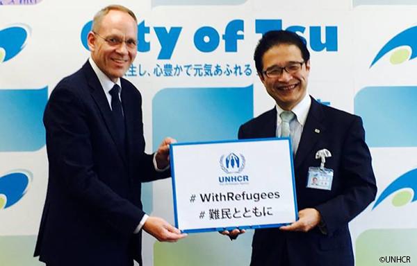 写真:津市長とダーク・ヘベカー駐日代表