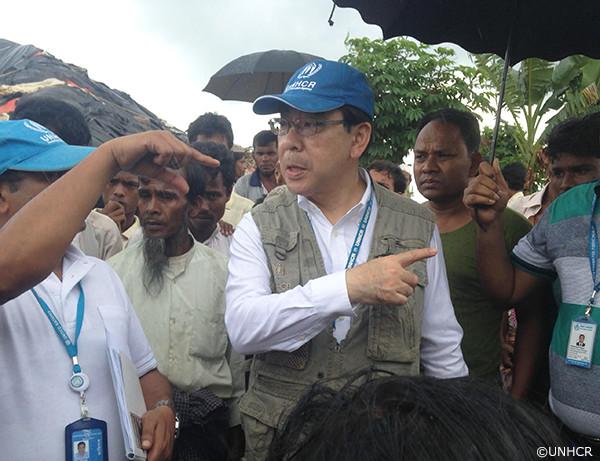 写真:バングラデシュ現地の難民キャンプで援助活動をする久保元代表