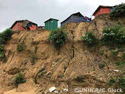 豪雨で崖崩れが起きそうになっているロヒンギャ難民居住地