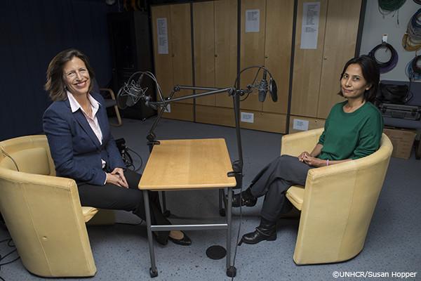 モニク・ソクハン職員とメリッサ・フレミングの写真