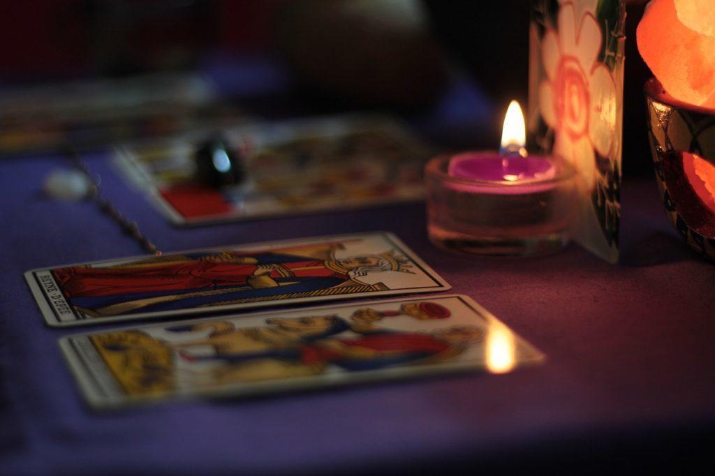 キャンドルの光に照らされたタロットカード