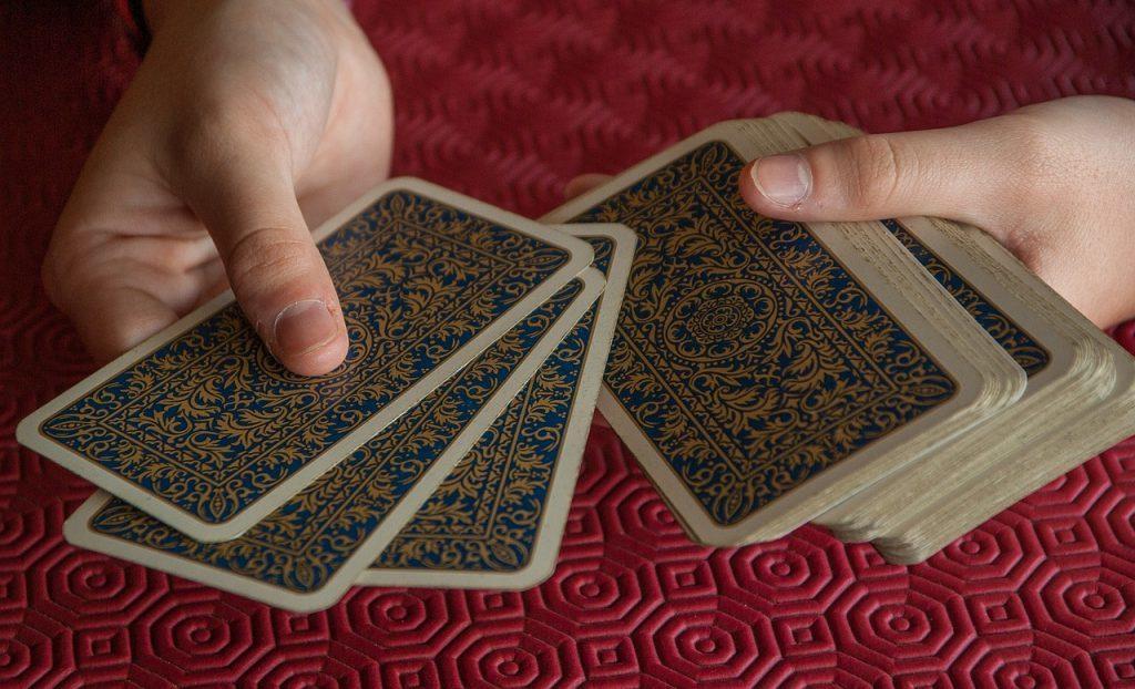 カードをシャッフルする手