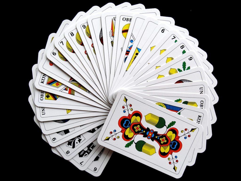 円を描いて並んだカード