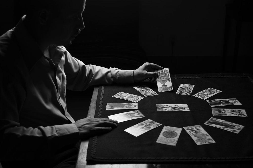 1枚カードを手に取る男性