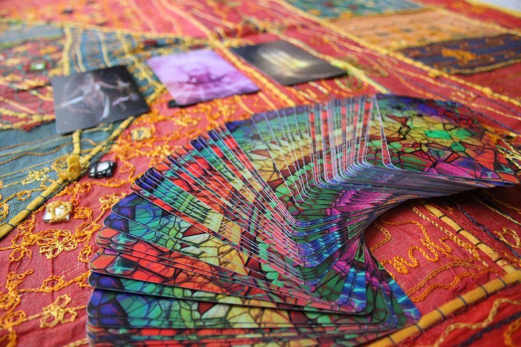 ステンドガラスのようにカラフルなカードがアーチ形に並んでいる