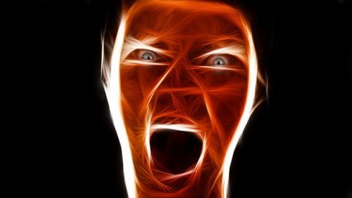 怒りをあらわにする表情のイメージ画像